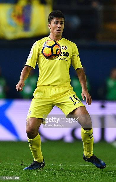 Rodri Hernandez of Villarreal CF controls the ball during the La Liga match between Villarreal CF and Club Atletico de Madrid at El Madrigal stadium...