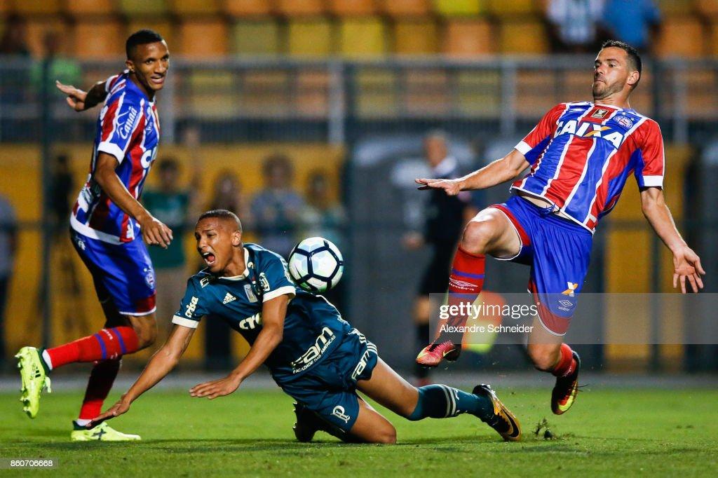 Rodrigo Becao of Bahia, Deyverson of Palmeiras and Juninho Capixaba of Bahia in action during the match between Palmeiras v Bahia for the Brasileirao Series A 2017 at Pacaembu Stadium on October 12, 2017 in Sao Paulo, Brazil.