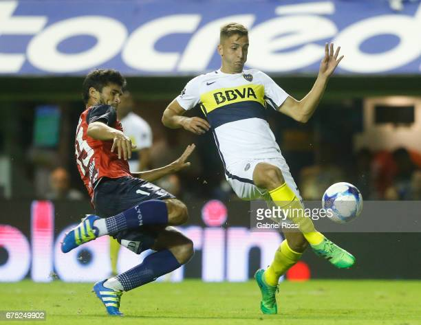 Rodrigo Bentancur of Boca Juniors fights for the ball with Leandro Marin of Arsenal during a match between Boca Juniors and Arsenal as part of Torneo...