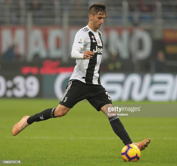 Rodrigo Bentancur of Juventus FC in action during the Serie A match between AC Milan and Juventus at Stadio Giuseppe Meazza on November 11, 2018 in...