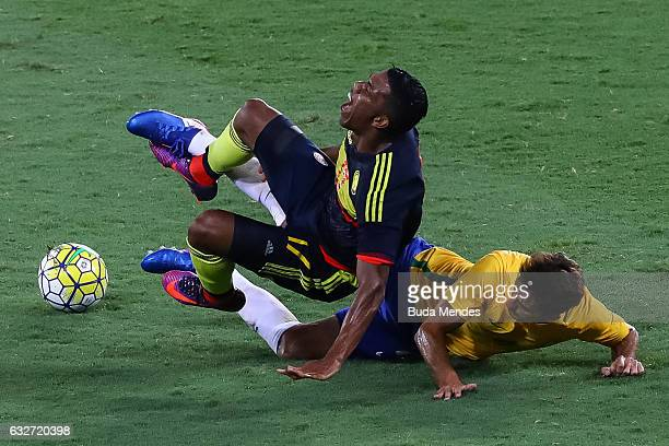 JANEIRO BRAZIL JANUARY Rodrigo Caio of Brazil struggles for the ball with Orlando Berrio of Colombia during a match between Brazil and Colombia as...
