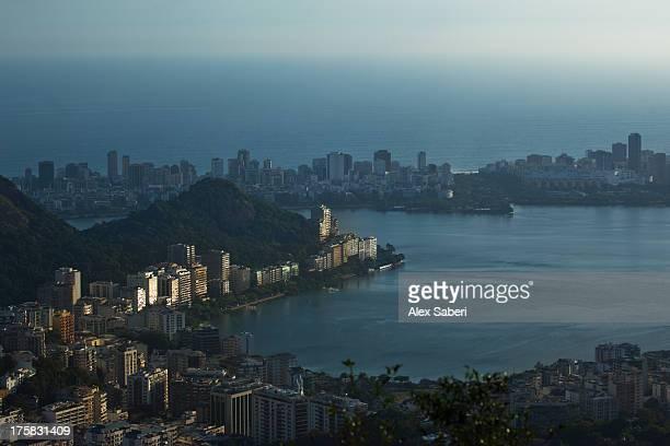 rodrigo de freitas lagoon and cityscape of copacabana at sunset. - alex saberi stock-fotos und bilder