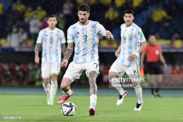 Rodrigo De Paul of Argentina controls the ball during a match between Colombia and Argentina as part of South American Qualifiers for Qatar 2022 at...