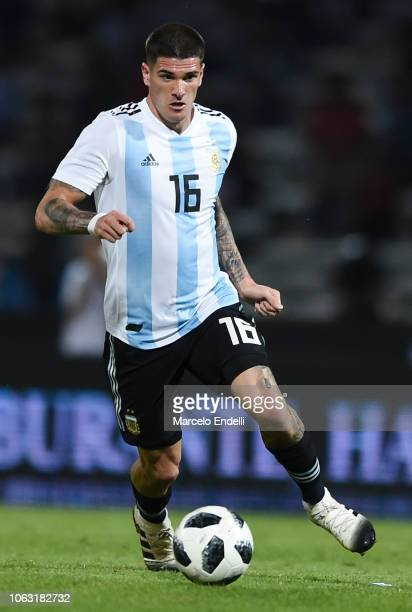 Rodrigo De Paul of Argentina drives the ball during a friendly match between Argentina and Mexico at Mario Kempes Stadium on November 16, 2018 in...
