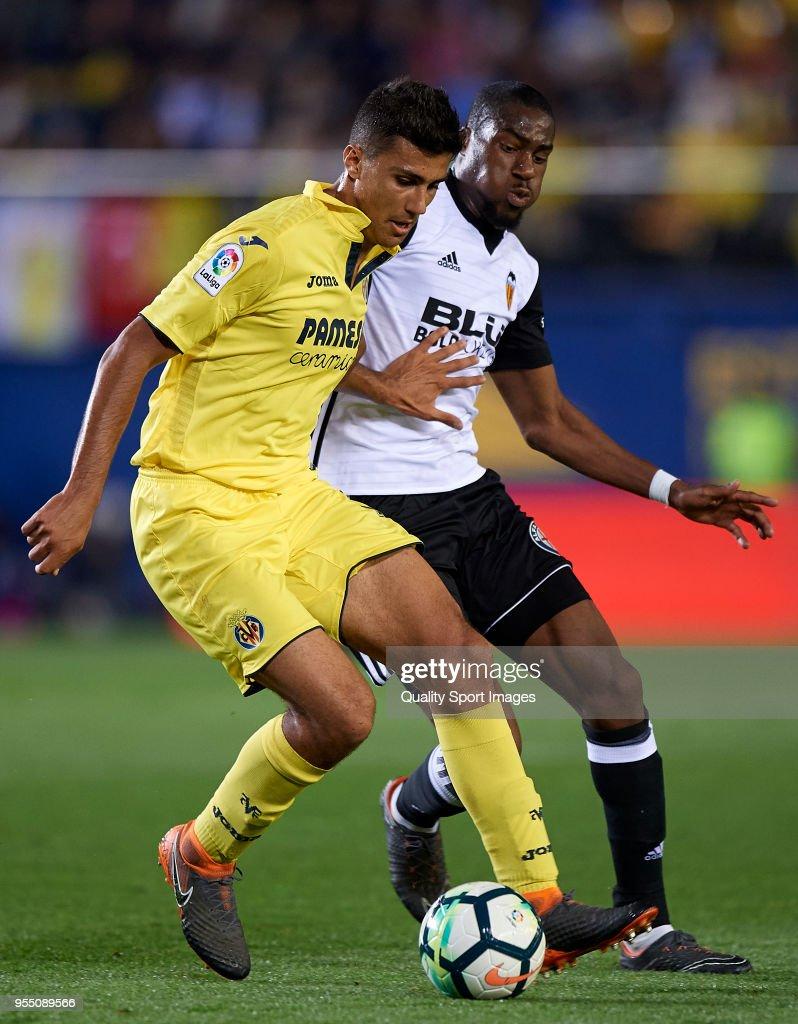 Rodrigo Hernandez (L) of Villarreal competes for the ball with Geoffrey Kondogbia Valencia during the La Liga match between Villarreal and Valencia at Estadio de la Ceramica on May 5, 2018 in Villarreal, Spain.