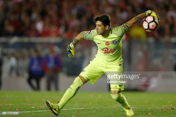 Rodrigo Muñoz goalkeeper of Libertad throws the ball during a second leg match between Independiente and Libertad as part of the semifinals of Copa...