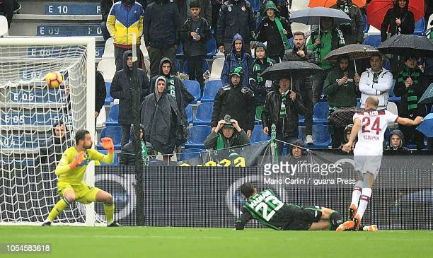 Rodrigo Palacio of Bologna FC scores the opening goal during the Serie A match between US Sassuolo and Bologna FC at Mapei Stadium Citta' del...