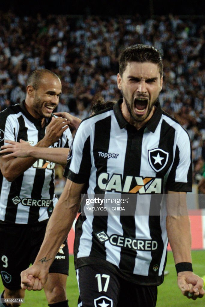 Rodrigo Pimpao (R) of Brazil's Botafogo celebrates with teammates after his goal against Colombia's Atletico Nacional during their Copa Libertadores 2017 football match at the Nilton Santos Olympic 'Engenhao' stadium in Rio de Janeiro, Brazil, on May 18, 2017. /