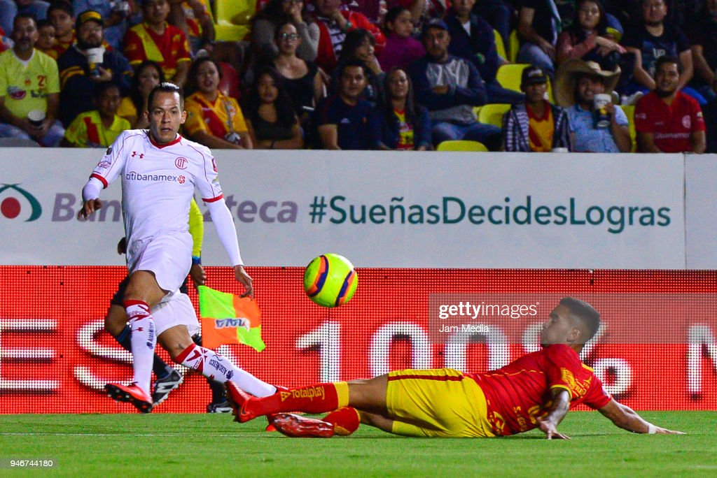 Rodrigo Salinas (L) of Toluca and Sebastian Vegas (R) of Morelia fight for the ball during the 15th round match between Morelia and Toluca as part of the Torneo Clausura 2018 Liga MX at Jose Maria Morelos Stadium on April 14, 2018 in Morelia, Mexico.