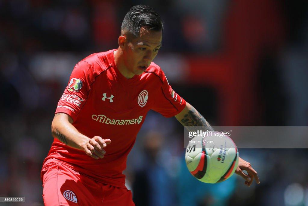 Rodrigo Salinas of Toluca looks the ball during the fifth round match between Toluca and Necaxa as part of the Torneo Apertura 2017 Liga MX at Nemesio Diez Stadium on August 20, 2017 in Toluca, Mexico.