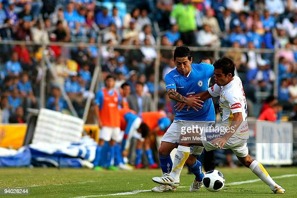 Rogelio Chavez of Cruz Azul vies for the ball with Adrian Aldrete of Morelia during their semifinals match as part of the 2009 Opening tournament in...