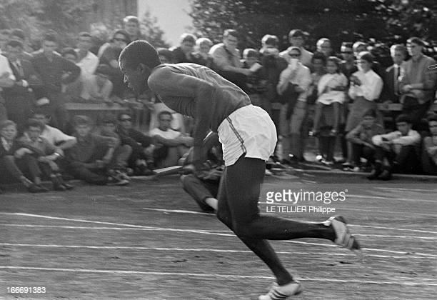 Roger Bambuck In Training France 24 aout 1964 l'athlète français Roger BAMBUCK s'entraine pour les Jeux Olympiques d'été à Tokyo au Japon qui se...