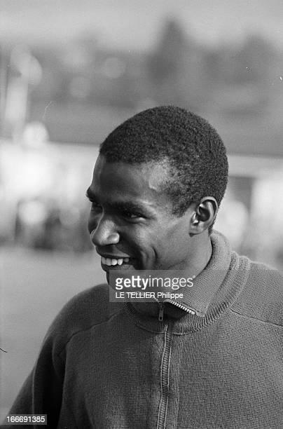 Roger Bambuck In Training France 24 aout 1964 Portait de l'athlète français Roger BAMBUCK souriant il s'entraine pour les Jeux Olympiques d'été à...