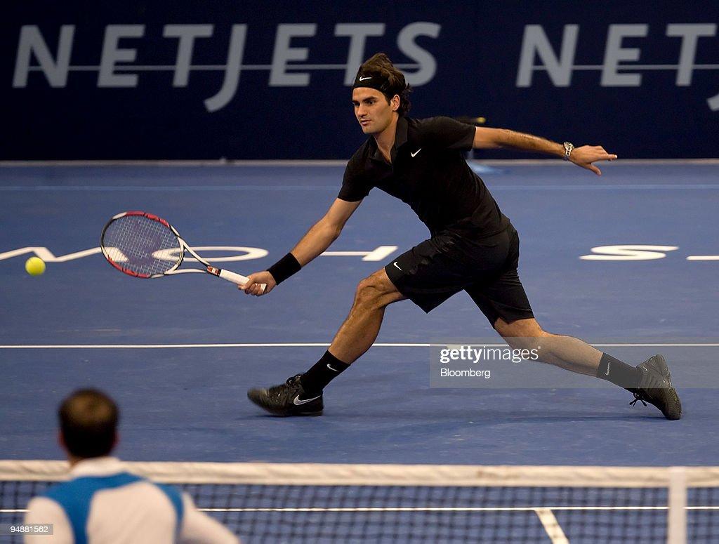 Roger Federer of Switzerland returns the ball to Pete Sampra : News Photo