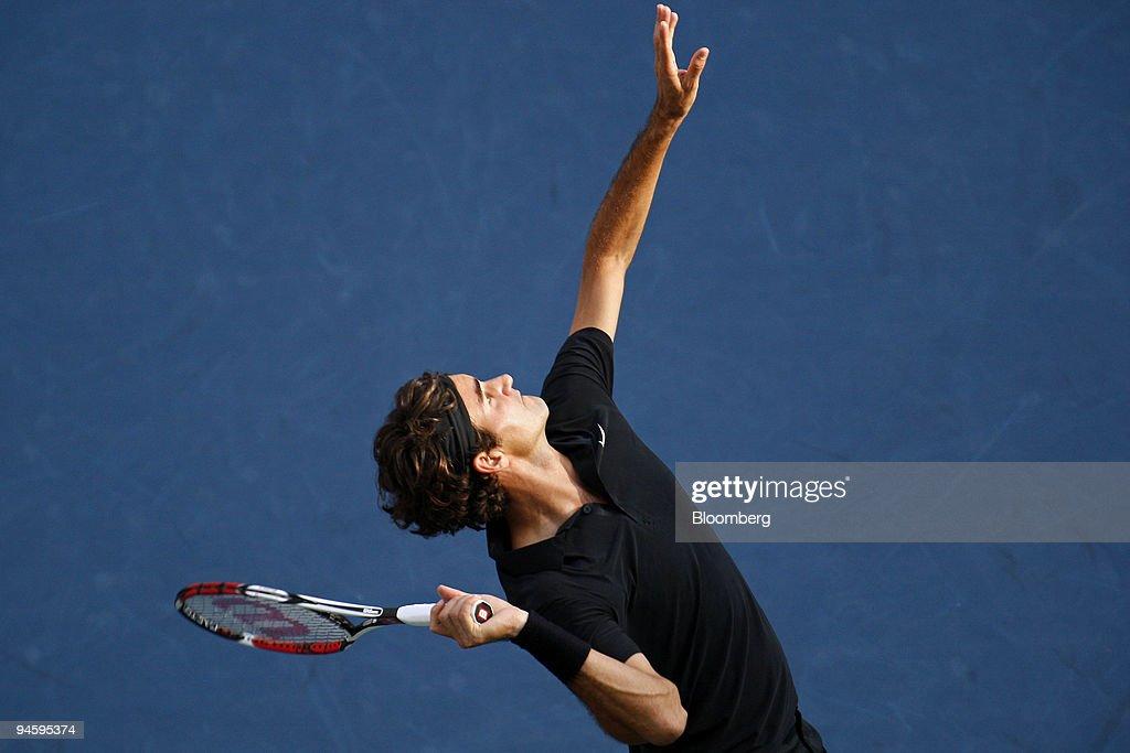 Roger Federer of Switzerland serves to Novak Djokovic of Ser : ニュース写真