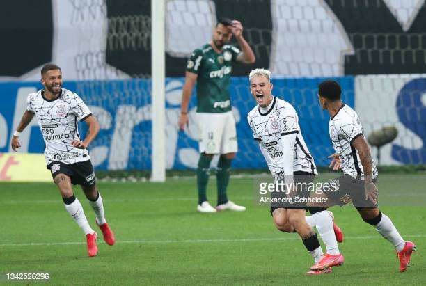 Roger Guedes of Corinthians celebrates with teammates after scoring his team's second goal during a match between Corinthians and Palmeiras as part...
