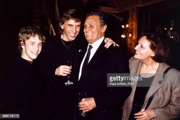 Roger Hanin en compagnie d'Alexandre Arcady et de son fils à la 1ère de 'Pour Sacha' à Paris en mars 1991 France