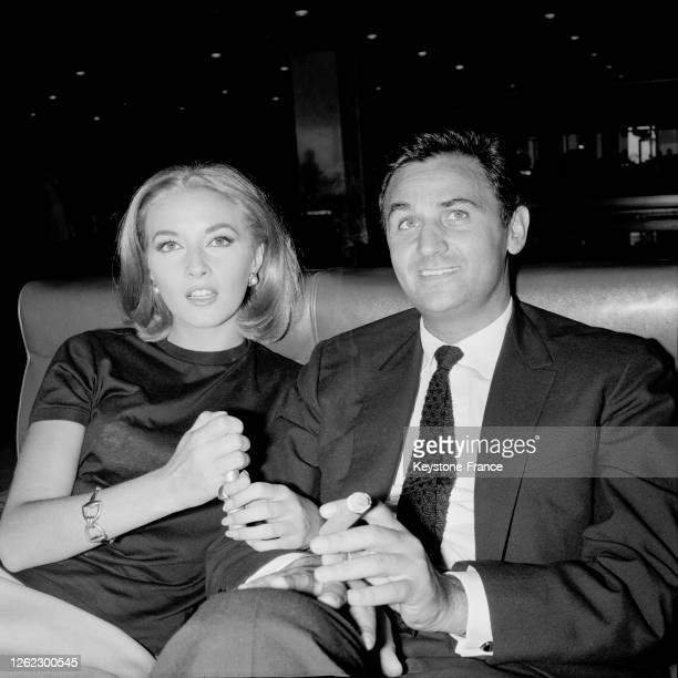 Roger Hanin et Daniela Bianchi à Orly France le 27 août 1964