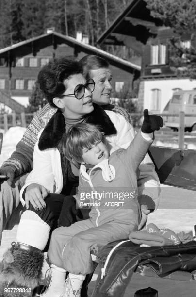 Roger Moore avec sa femme Luisa Mattioli et leur fils Christian à Gstaad le 20 décembre 1977 Suisse