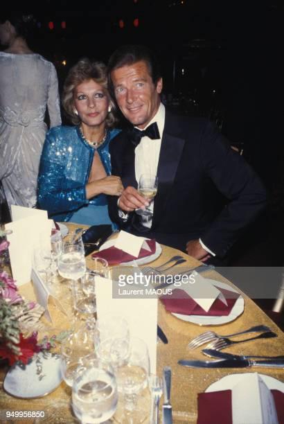 Roger Moore avec son épouse Luisa Mattioli lors d'une soirée circa 1980 à Paris France