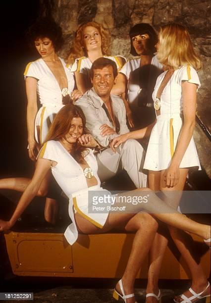 Roger Moore bei den Dreharbeiten zum 'JamesBond'Film 'Moonraker' Paris/Frankreich Mädchen Frauen umringt sexy Promis Prominente Prominenter...