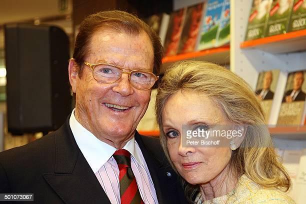 """Roger Moore, Ehefrau Christina Tholstrup, Signierstunde Autobiografie """"Mein Name ist Bond ... James Bond"""", """"Mayersche Buchhandlung"""", Köln,..."""