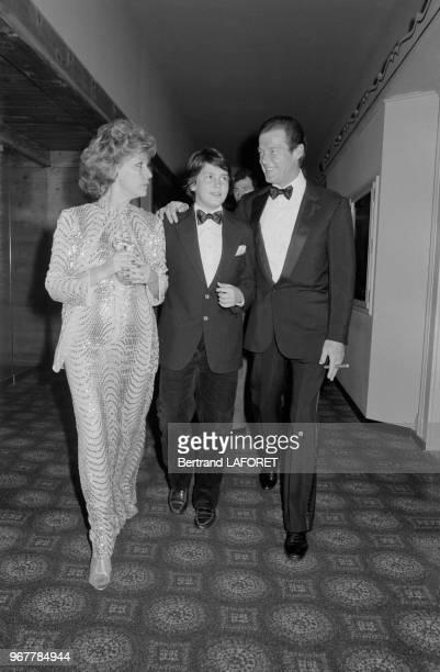 Roger Moore en compagnie de sa femme Luisa et de leur fils lors d'une soirée à Gstaad le 28 décembre 1980 Suisse