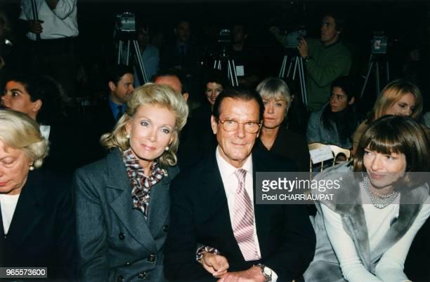 Roger Moore entouré de sa compagne Christina Tholstrup et de la rédactrice en chef de Vogue Anna Wintour assistent au défilé Dior PrêtàPorter...