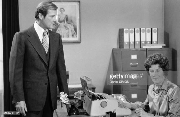 Roger Moore et Lois Maxwell sur le tournage du James Bond 'Moonraker' réalisé par Gilbert Lewis en aout 1978, Royaume-Uni.