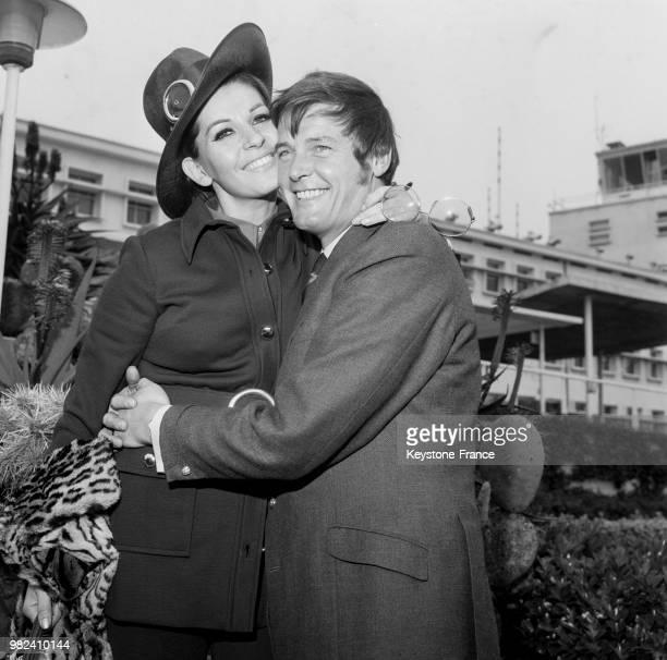 Roger Moore et sa femme Luisa Mattioli en voyage de noces arrivent à l'aéroport de Nice en France le 14 avril 1969