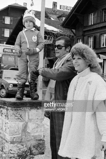 Roger Moore et sa femme Luisa Mattioli à Gstaad le 22 décembre 1977 Suisse