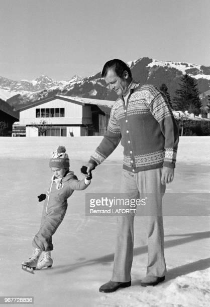 Roger Moore et sa fils Christian à la patinoire à Gstaad le 20 décembre 1977 Suisse