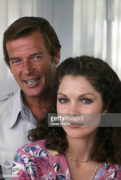 Roger Moore présente la jeune actrice Lois Chiles le 7 août 1978 à Paris France