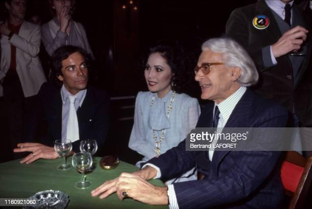 Roger Peyrefitte et Mme Dewi Soekarno lors du lancement du jeu 'Simon' à Paris le 4 avril 1979, France.