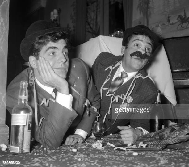 Roger Pierre et JeanMarc Thibault deux fantaisistes français reçoivent le 22 décembre 1955 à Paris le titre de 'Rois de la fantaisie' Les deux...