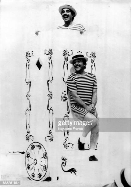 Roger Pierre et JeanMarc Thibault déguisés dans un sketch pour l'émission 'La Grande Farandole' à Paris France le 8 mai 1970