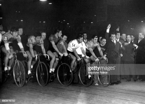 Roger Pierre et JeanMarc Thibault donnant le départ de la course cycliste 'Les Six jours de Paris' au Palais des sports à Paris France le 2 mars 1956