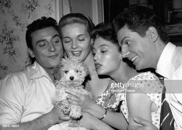 Roger Pierre et JeanMarc Thibault encadrant deux comédiennes et un chien à Paris France circa 1950