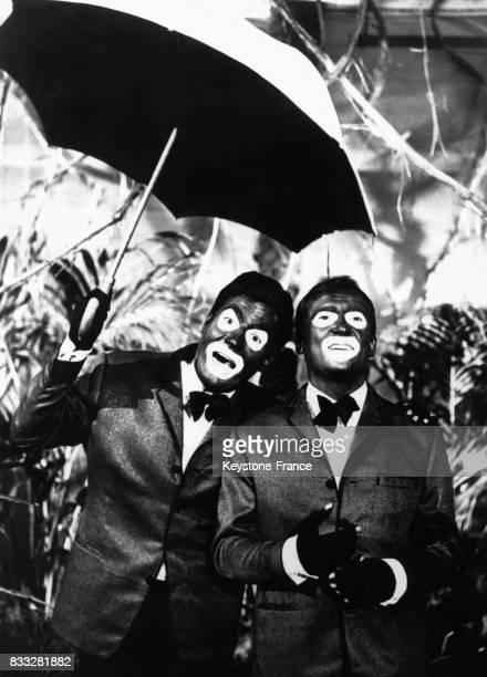 Roger Pierre et JeanMarc Thibault grimés en majordomes noirs dans un sketch pour l'émission 'La Grande Farandole' à Paris France en 1965