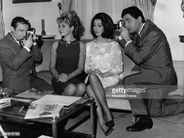 Roger Pierre et JeanMarc Thibault photographiant Patricia Viterbo et Claudine Coster dans le film de Francis Rigaud 'Les Gros Bras' à Paris France le...