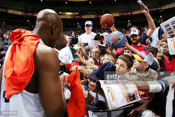 Roger Powell Jr #43 of the Illinois Fighting Illini signs autographs during practice for the NCAA Final Four on April 1 2005 at the Edward Jones Dome...