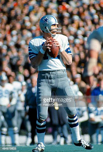 Roger Staubach of the Dallas Cowboys drops back to pass against the Miami Dolphins during Super Bowl VI at Tulane Stadium January 16 1972 in New...