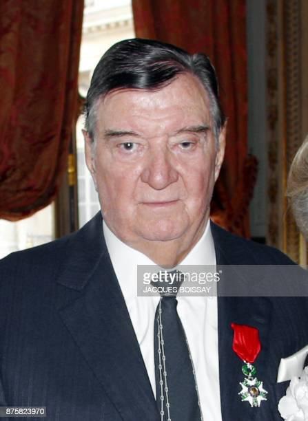 Roger Tessier ancien garde du corps du général de Gaulle de 1947 à 1970 est photographié après avoir reçu des mains du président du Conseil...