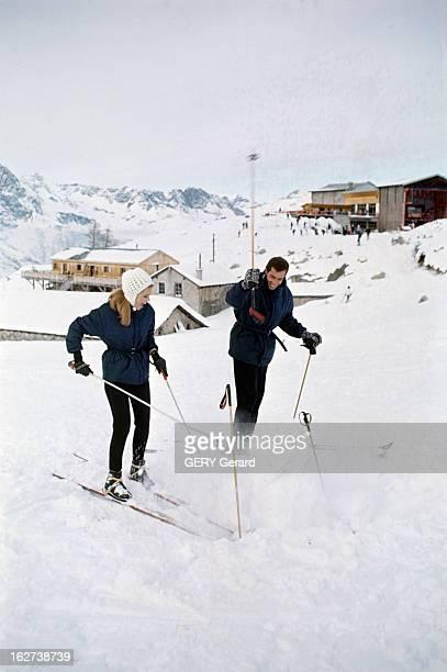 Roger Vadim And His Companion Jane Fonda In Chamonix Chamonix décembre 1964 Sur une piste enneigée l'actrice Jane FONDA chaussée d'une paire de skis...