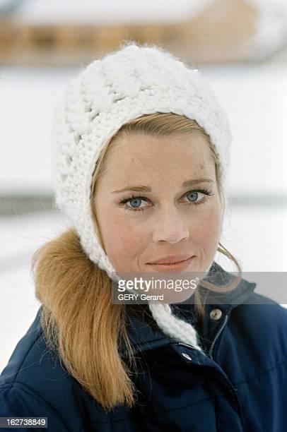 Roger Vadim And His Companion Jane Fonda In Chamonix Chamonix décembre 1964 Portrait de l'actrice Jane FONDA souriante coiffée d'un bonnet de laine...