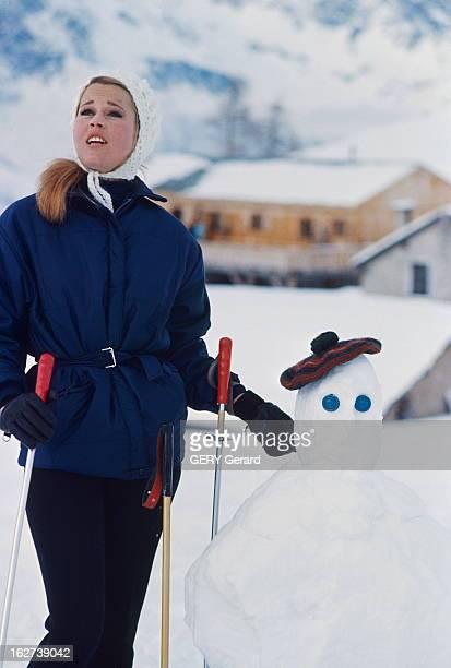 Roger Vadim And His Companion Jane Fonda In Chamonix Jane FONDA à CHAMONIX pendant l'hiver 1964 Le bonhomme de neige prend quelques instants la place...