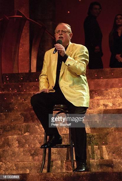 Roger Whittaker ARDGala Einfach leben Die J o s e C a r r e r a s Gala Leipzig Deutschland Bühne Auftritt Mikro Mikrofon Hocker Barhocker Brille...