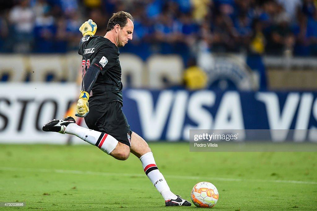 Cruzeiro v Sao Paulo - Copa Bridgestone Libertadores 2015 Round of 16 : News Photo