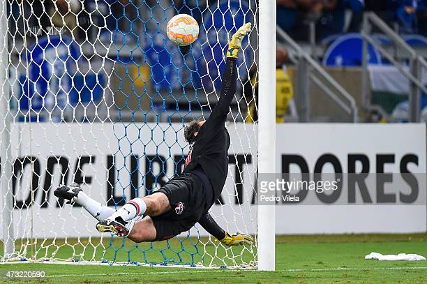 Rogerio Ceni of Sao Paulo plays the net during a match between Cruzeiro and Sao Paulo as part of Copa Bridgestone Libertadores 2015 at Mineirao...