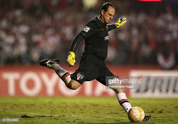 Rogerio Ceni of Sao Paulo runs with the ball during a first leg match between between Sao Paulo and Cruzeiro as part of round of sixteen of Copa...